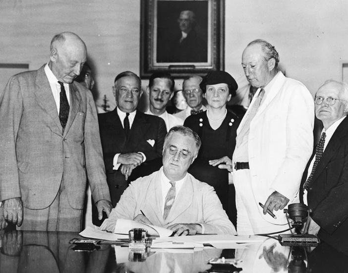 Roosevelt firma il Social Security Bill